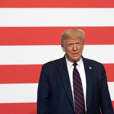 President Trump höll ett tal vid amerikanska Röda korsets högkvarter på torsdagen med en stor amerikansk flagga i bakgrunden.