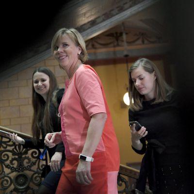 Anna-Maja Henriksson med sina SFP-medarbetare i Ständerhusets trappor