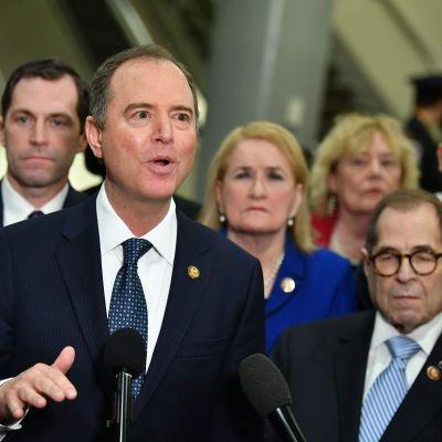 Adam Schiff, ledare för demokaternas team av åtalare mot Donald Trump, talar in för pressen i Washington DC under den andra dagen av senatsrättegången mot Donald Trump.