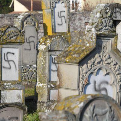 Tiotals Nazi-hakkors målade på judiska gravstenar i Frankrike.