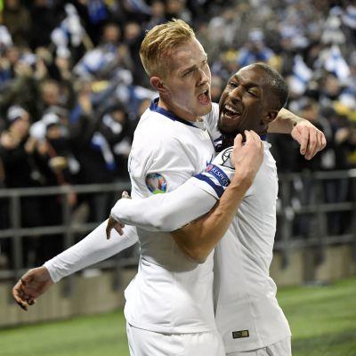 Jasse Tuominen och Glen Kamara firar mål.