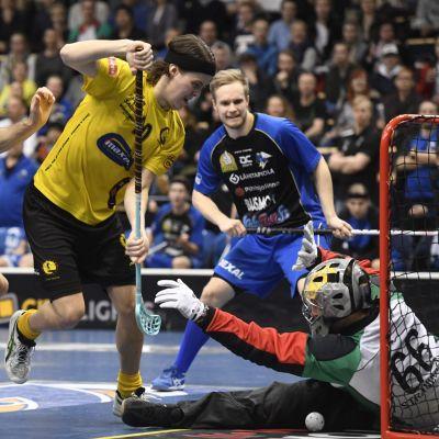 Indians Joonas Föhr försöker göra mål i innebandykvartsfinalen mot EräViikingit.