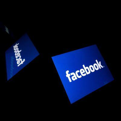Tre Facebook-logon svävar omkring på svart bakgrund.