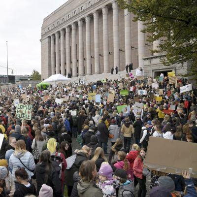 Klimatdemonstranter framför riksdagshuset i Helsingfors