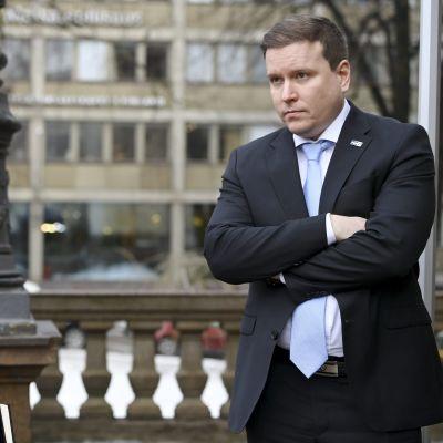 Petteri Orpo och Ville Tavio står utanför Ständerhuset.