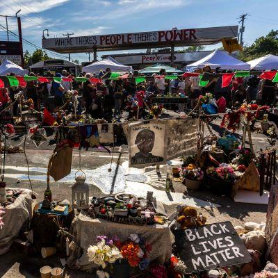 Människor samlades för att demonstrera i Minneapolis den 25 maj 2021, för att hedra George Floyds minne, på årsdagen för hans död.