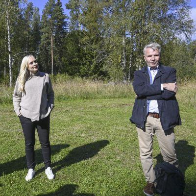 Eduskuntaryhmän puheenjohtaja Emma Kari, puheenjohtaja Maria Ohisalo ja ulkoministeri Pekka Haavisto vihreän eduskuntaryhmän kesäkokouksen tiedotustilaisuudessa Evon retkeilyalueella Hämeenlinnassa 1. syyskuuta 2021.
