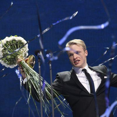 Iivo Niskanen med blomma och pokal