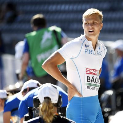Längdhopparen Kristian Bäck ser bekymrad ut efter sitt hopp.