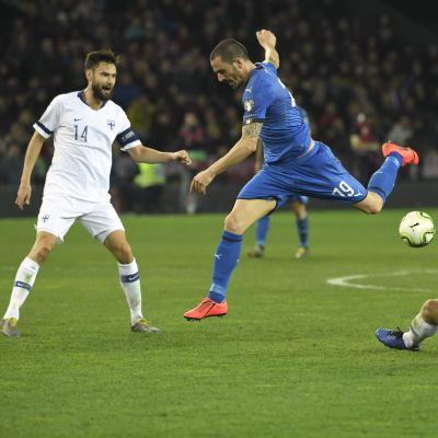 Tim Sparv och Paulus Arajuuri kämpar om bollen med Leonardo Bonucci