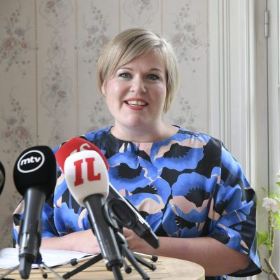 Annika Saarikko vid ett podium