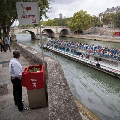 Öppna pissoarer har installerats i Paris för att få bukt med män som kissar på gatorna.