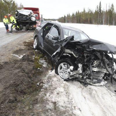 Kolariauto ojassa noin kymmenen kilometriä Suomussalmen pohjoispuolella, välillä Pesiönlahti - Alajärvi, jossa tapahtui kahden auton nokkakolari pääsiäismaanantaina 5. huhtikuuta 2021.