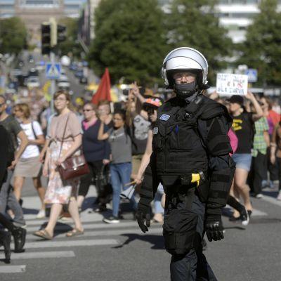 """Polis övervakar demonstrationen """"Turku ilman natseja"""" (Åbo utan nazister)."""