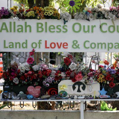 En blomsterhyllning utanför Al Noor-moskén i samband med minnesdagen tidigare den här månaden då det gått ett år sen masskjutningen i Christchurch.