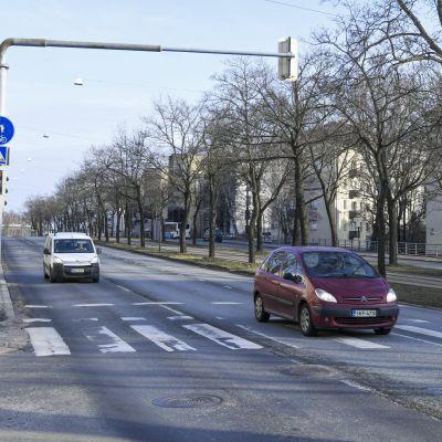 Lugn morgontrafik på Backasgatan i Helsingfors den 26 mars 2020.