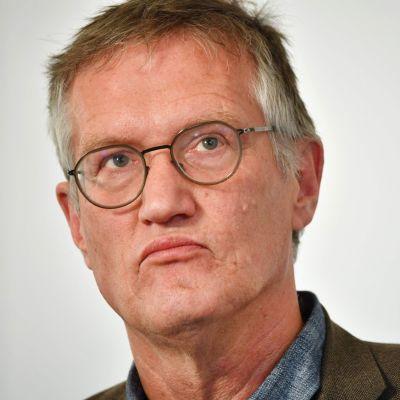 Anders Tegnell fotograferad rakt framifrån. Han tittar åt sidan och ser fundersam ut.