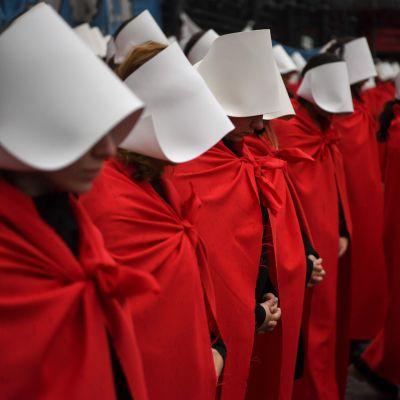 Abortförespråkare i Argentina utklädda till karaktärer från Handmaid's Tale.