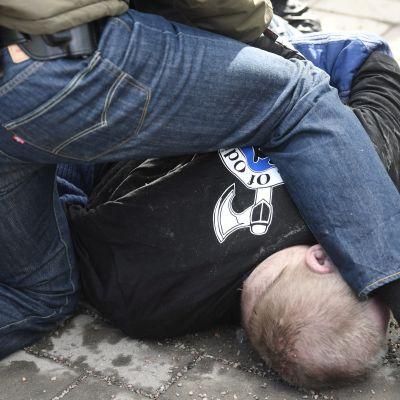 Mannen på bilden försökte attackera utrikesminister Timo Soini.