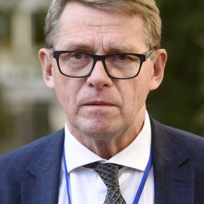 Finansminister Matti Vanhanen (C) i närbild med sammanbiten min.