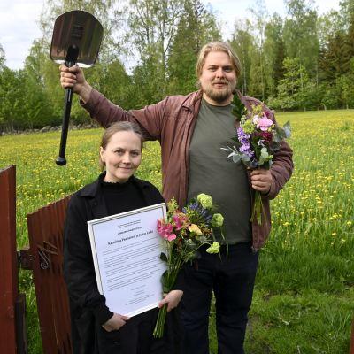 Suomen Kuvalehden toimittajat Karoliina Paananen ja Jarno Liski juhlivat saatuaan Tutkivan journalismin yhdistyksen Lumilapio-palkinnon