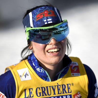 Närbild på Krista Pärmäkoski efter målgång på 10 kilometer i VM i Seefeld.