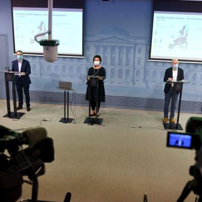 Social- och hälsovårdsministeriets strategichef Liisa-Maria Voipio-Pulkki och överläkare Otto Helve från Institutet för hälsa och välfärd. På plats är också Pasi Pohjola från Social och hälsovårdsministeriet.
