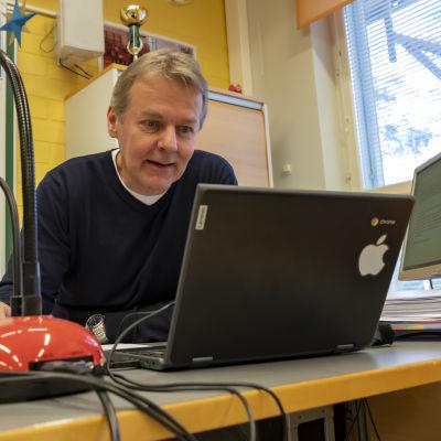 Luokanvalvoja Juhani Haapajoki pitää oppituntia verkon kautta