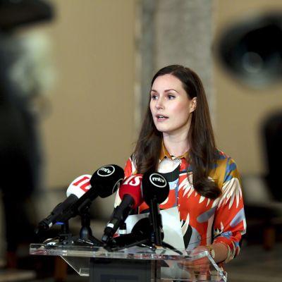 Statsminister Sanna Marin preciserade regeringens ståndpunkter vid en presskonferens i riksdagen.