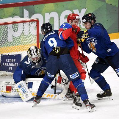 Peetro Seppälä och Miska Kukkonen stångas med en rysk spelare framför målvakten Justus Annunen.