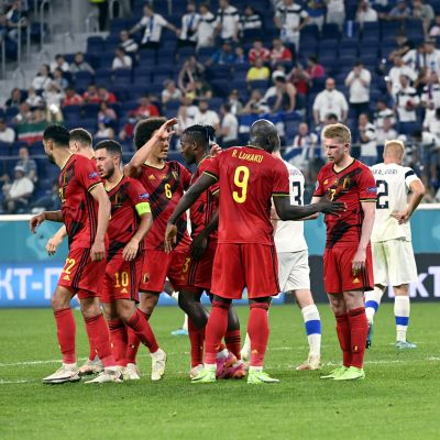 Belgiens lag firar efter mål.