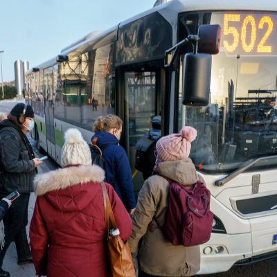 Matkustajia nousemassa linjan 502 bussiin Leppävaaran bussiasemalla.