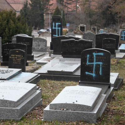Vandaliserade gravar på en judisk begravningsplats i Quatzenheim i Frankrike.