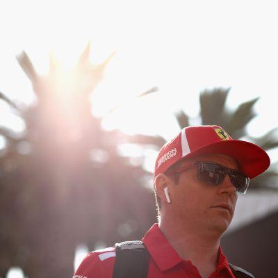 Kimi Räikkönen i solskenet framför en palm i Mexiko.