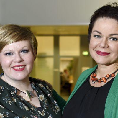 Familje- och omsorgsminister Annika Saarikko (C) och riksdagsledamoten Hannakaisa Heikkinen presenterade Centerns partipolitiska program i Helsingfors den sista januari 2019.