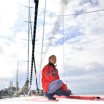Greta Thunberg som här ses ombord på Malizia II i hamnen i Plymouth, hade aldrig seglat före den här veckan