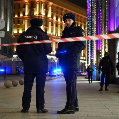 Två ryska poliser står utanför FSB:s huvudkontor i Moskva.