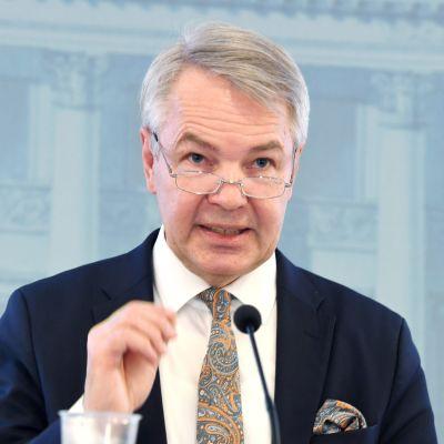 Porträtt på Pekka Haavisto under ett presstillfälle.