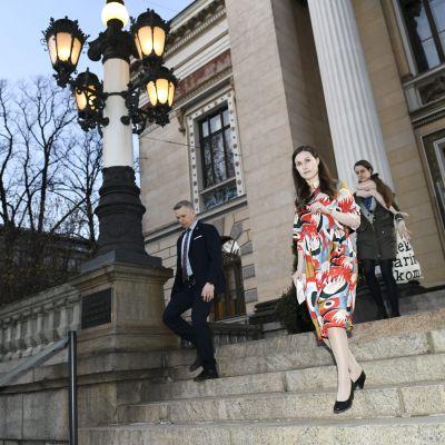 Marin går ner för Ständerhusets trappor.