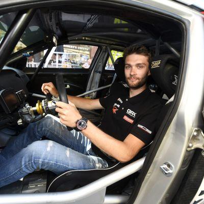 Niclas Grönholm sitter bakom ratten i sin rallycrossbil och tittar mot kameran.