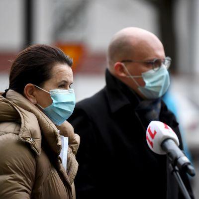 Biträdande överläkaren Eeva Ruotsalainen och administrativa överläkaren Teppo Heikkilä vid HUS svarade på pressens frågor efter de första vaccinationerna.