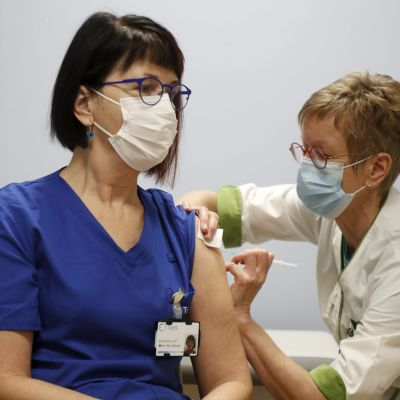 Specialläkare Mervi Mendiluce fick det första coronavaccinet vid Birkalands sjukvårdsdistrikt. På bilden ger företagshälsovårdaren Maarit Mukkala sprutan.