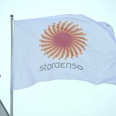 Stora Ensos flagga vid huvudkontoret i Helsingfors.