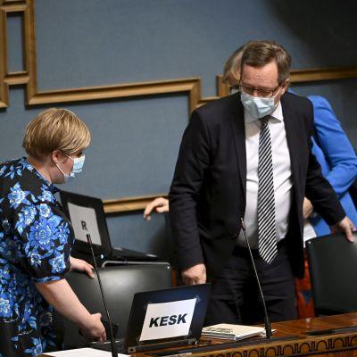 Valtiovarainministeri Annika Saarikko ja elinkeinoministeri Mika Lintilä eduskunnan täysistunnossa Helsingissä 2. kesäkuuta.