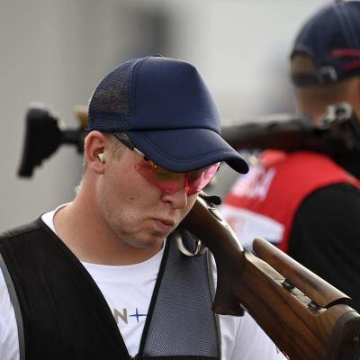 Eetu Kallioinen ser besviken ut med geväret på axeln.
