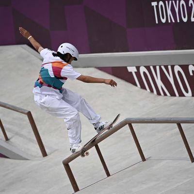 13-vuotias Momiji Nishiya reilaa Tokion olympialaisten street-kilpailussa.