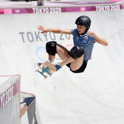 Lizzie Armanto ilmassa skeittauksen parkin harjoituksissa.