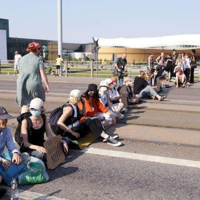 Elokapinan mielenosoittajia istumassa Mannerheimintiellä kesällä.