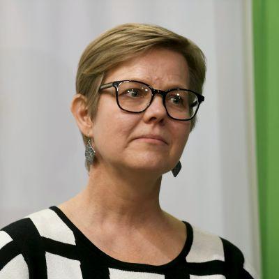 Sisäministeriksi nouseva Krista Mikkonen tiedotustilaisuudessa vihreiden ministeriryhmän sijaisjärjestelyjä käsitelleen puoluevaltuuskunnan ja eduskuntaryhmän yhteiskokokouksen jälkeen Helsingissä 11. lokakuuta 2021.