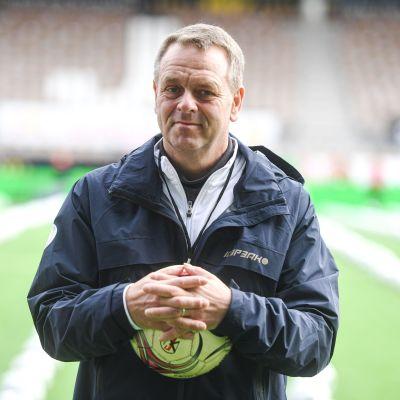 Jan Vapaavuori jalkapallo käsissään katsoo kameraan.